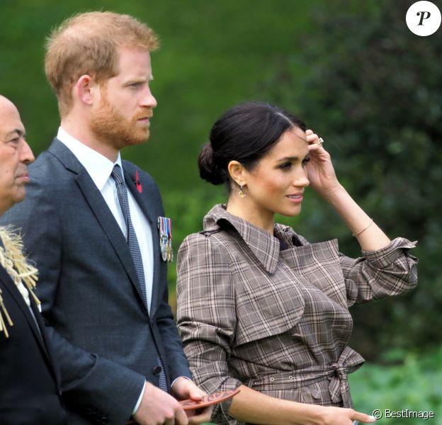 Le prince Harry, duc de Sussex, et Meghan Markle, duchesse de Sussex (enceinte de son fils Archie) assistent à une cérémonie de bienvenue traditionnelle sur les pelouses de la Government House à Wellington, en Nouvelle-Zélande.