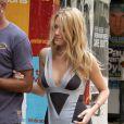 Blake nous dévoile ses courbes dans une charmante robe grise Hervé Léger, modèle qui a fait sensation auprès des stars...