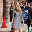 Tunique-robe grise, escarpins Louboutin, it-bag Chanel... Elle est toujours branchée avec des basiques ! Ici devant l'entrée du  Late Show  de David Letterman