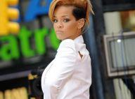 Regardez Rihanna : Quand elle chante en plein milieu de New York, c'est en blazer court et... rien en dessous !