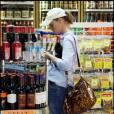 Katherine Heuigl et son mari Josh Kelley achètent quelques boissons alcoolisées et des bouteilles de vins à Los Feliz avant de rentrer à la maison... pour fêter l'anniversaire de Katherine !