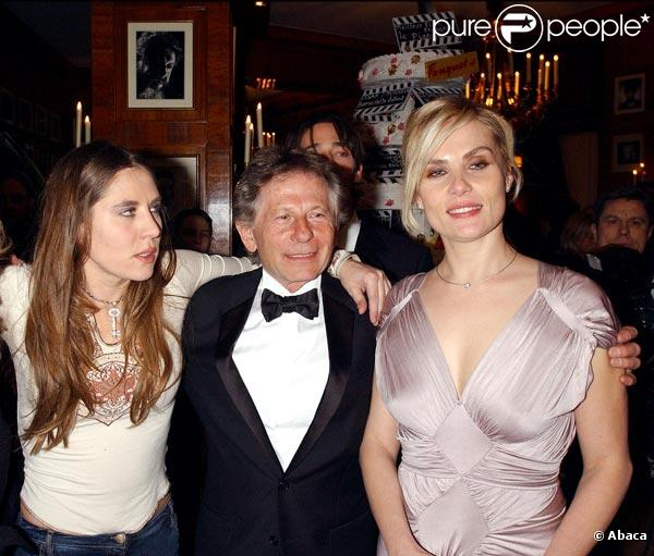 Mathilde Seigner et sa soeur Emmanuelle entourent Roman Polanski.