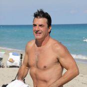 Chris Noth : Quand Mister Big se dévoile en maillot de bain... il se la joue séducteur à la plage !
