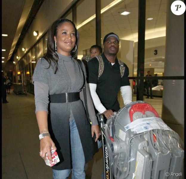 Laila Ali, son époux et son fils, à l'aéroport de Los Angeles, le 1er décembre 2009.