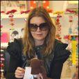 Ellen Pompeo semble ne pas savoir comment fonctionne le parcmètre avant de se rendre dans un magasin de jouets le 3 décembre 2009 à Los Feliz