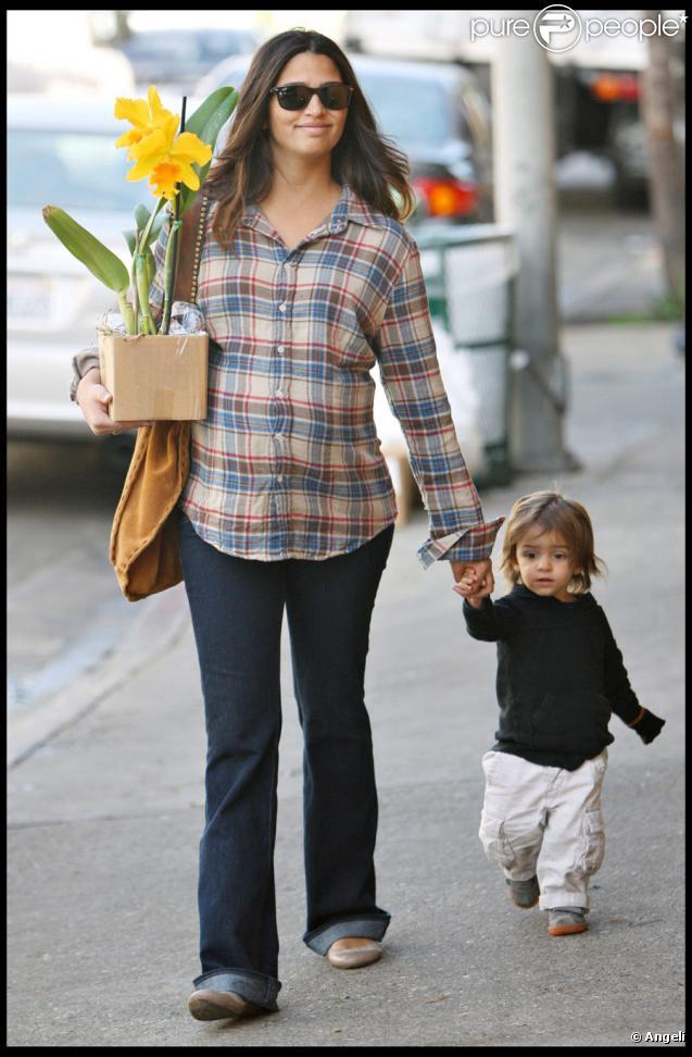 Camila Alves, la compagne de Matthew McConaughey, enceinte, va acheter des fleurs avec leur fils Levi à Los Angeles le 1er décembre 2009