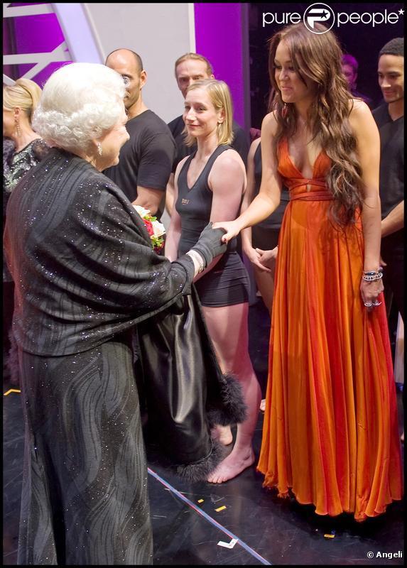 Miley Cyrus salue la reine Elizabeth II au Royal Variety Show 2009. 7/12/09