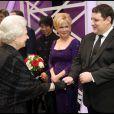 Bette Midler et Peter Kay saluent la reine Elizabeth II au Royal Variety Show 2009. 7/12/09