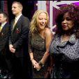 Anastacia et Chaka Khan saluent la reine Elizabeth II au Royal Variety Show 2009. 7/12/09