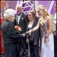 Katherine Jenkins salue la reine Elizabeth II au Royal Variety Show 2009. 7/12/09