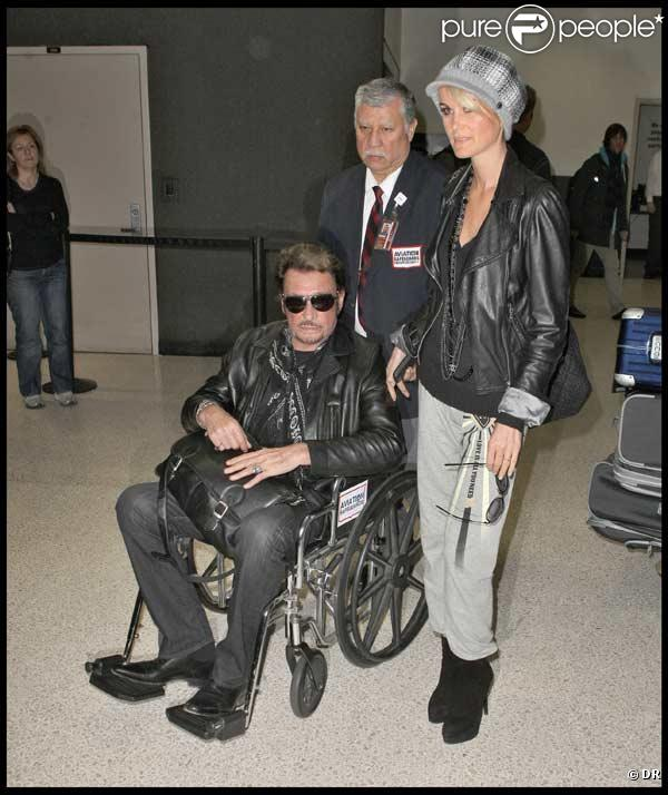 Johnny Hallyday avec Laeticia à sa descente d'avion le 1 er décembre à Los Angeles