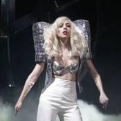 Lady Gaga : Epaulettes et soutien-gorge version boule à facettes... Toujours aussi monstrueuse !