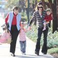 Jennifer Garner se promène avec sa mère Pat et ses deux filles Seraphina et Violet Affleck à Los Angeles le 27 décembre 2009