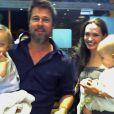 Brad Pitt et Angelina Jolie accompagnés des deux jumeaux Vivienne et Knox