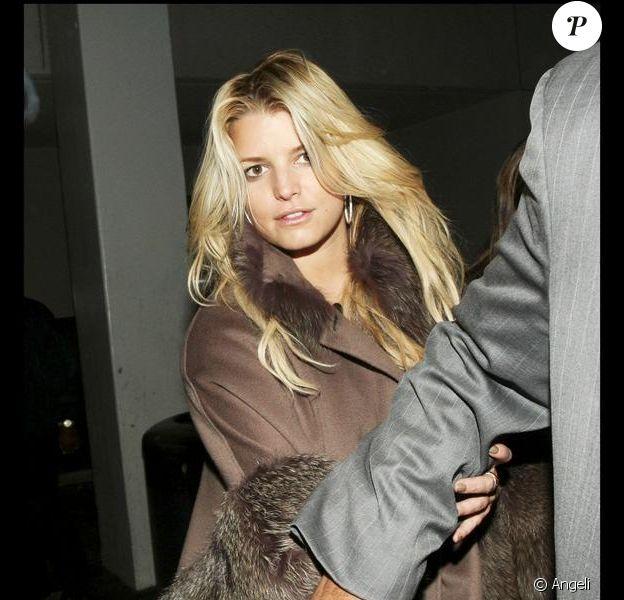 Jessica simpson arrive à l'aéroport de LAX de Los Angeles le 10 janvier 2010. Elle est immédiatement pris en main par un homme de la sécurité qui l'accompagne à sa voiture