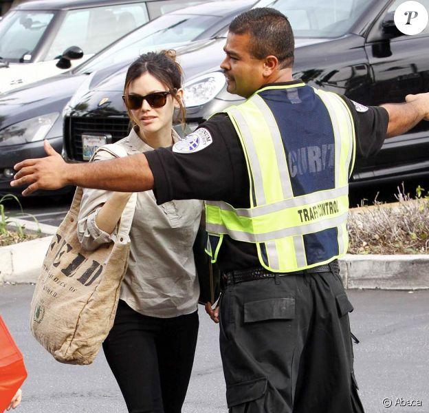Rachel Bilson bloquée par un agent de sécurité essait de rejoindre sa voiture pour se rendre chez Whole Foods à Glendale afin de faire les courses pour la semaine le 11 janvier 2010