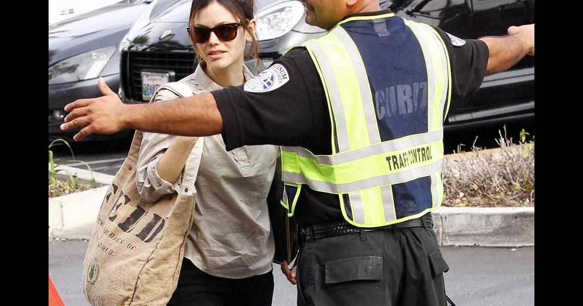Rachel bilson bloqu e par un agent de s curit essait de for Faire racheter sa voiture par un garage