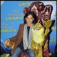 Inès de la Fressange en compagnie d'une charmante grenouille lors de l'avant-première de La Princesse et La Grenouille au Grand Rex à Paris le 17 janvier 2010