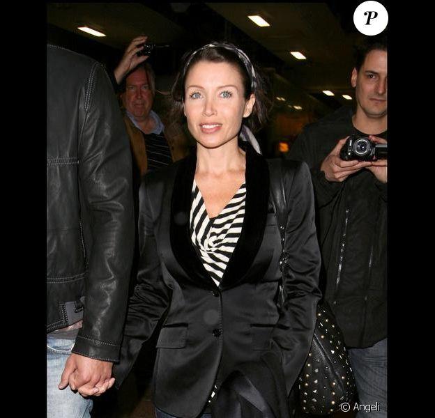 Dannii Minogue et son amoureux Kris arrivant à l'aéroport de Londres le 18/01/10