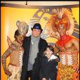 Alexandre Brasseur et un adorable bambin lors du spectacle du Roi Lion au théâtre Mogador le 20 janvier 2010