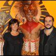 François-Xavier Demaison et sa future femme Emmanuelle lors du spectacle du Roi Lion au théâtre Mogador le 20 janvier 2010