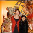 Alexandra Kazan et sa fille Martha lors du spectacle du Roi Lion au théâtre Mogador le 20 janvier 2010
