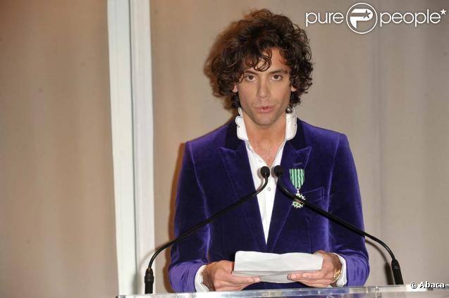 Mika reçoit l'insigne de chevalier dans l'ordre des Arts et des Lettres des mains de Frédéric Mitterrand, à Cannes, le 24 janvier 2010 !