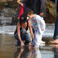 Victoria Beckham joue avec ses trois fils, Cruz, Romeo et Brooklyn sur la plage de Malibu le 31 janvier 2010