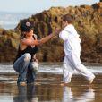 Victoria Beckham s'offre un moment de détente à la plage de Malibu avec ses fils Romeo, Cruz et Brooklyn le 31 janvier 2010