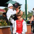 Après s'être amusée avec ses fils, Cruz, Brooklyn et Romeo, à la plage, Victoria Beckham leur offre des glaces à Malibu le 31 janvier 2010