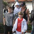 Victoria Beckham offre des glaces à ses fils, Cruz, Brooklyn et Romeo après s'être dépensée à leur côté sur une plage de Malibu le 31 janvier 2010