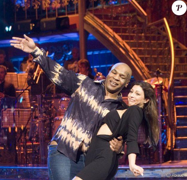 Mike Tyson et sa partenaire Elena effectuent une danse endiablée sur le plateau de Ballando con le stelle. Janvier 2010