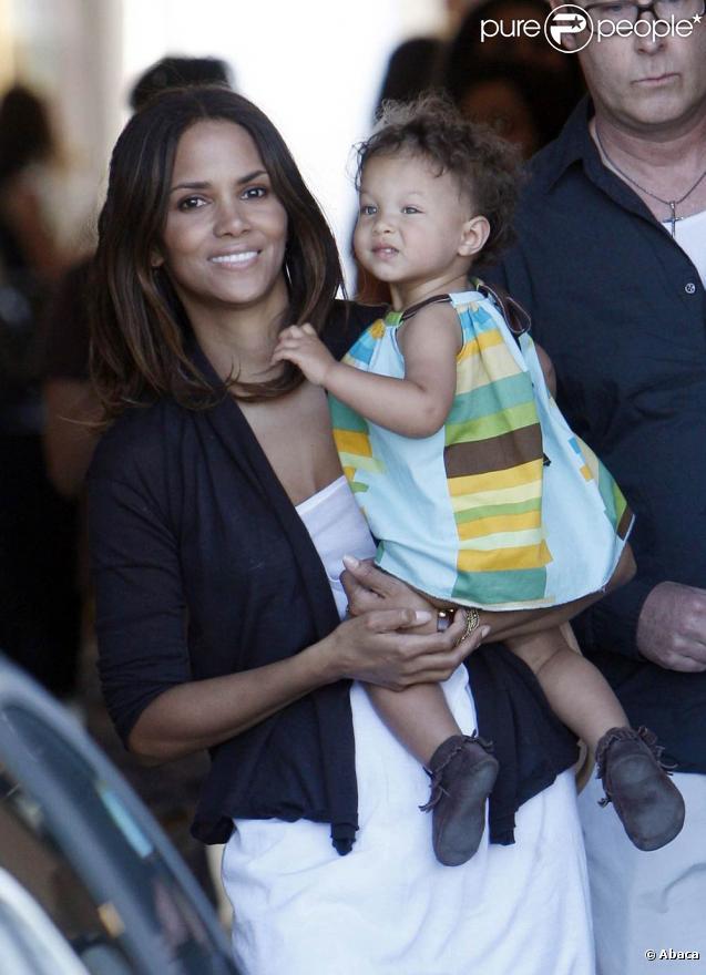 Après de nombreux tests de grossesse négatifs, la ravissante Halle Berry est devenue maman le 16 mars 2008, d'une adorable petite Nahla. Aujourd'hui, elle est métamorphosée et retombe en enfance au côté de sa petite poupée !