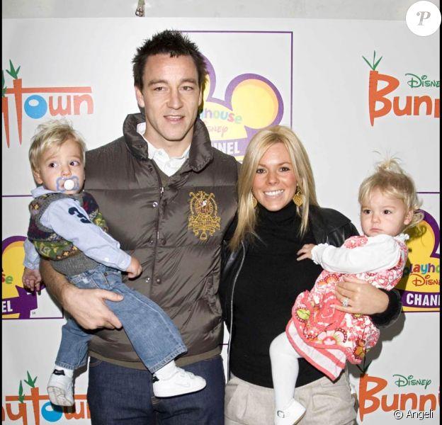 John Terry (photo : avec sa femme Toni et leurs jumeaux George et Summer) : les conséquences de ses actes risquent d'être terribles...