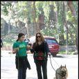 La comédienne américaine Catherine Bach en promenade avec sa fille Laura et leurs deux chiens, à Los Angeles, le 1er février 2010.