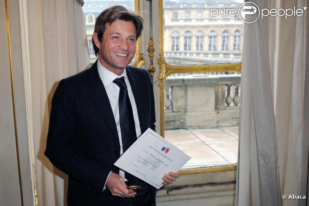 Laurent Delahousse se voit remettre le prix Roland-Dorgelès (8 février 2010)