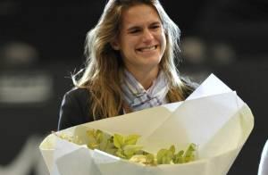 Amélie Mauresmo en larmes : Sa maman, Michel Boujenah, et ses copines du tennis lui ont rendu un bel hommage !