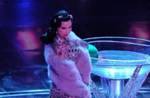 Dita von Teese : regardez-la se déshabiller et se trémousser dans une coupe de champagne... So hot !