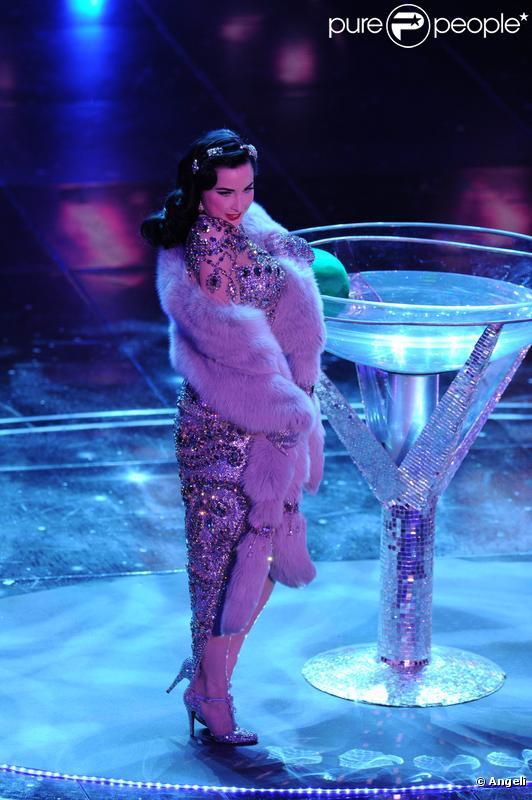 Dita von Teese a enflammé la scène d'une prestation  so hot , lors de la soirée d'ouverture du 60e festival de San Remo, en Italie, mardi 16 février.