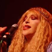 Loin de sa fille, regardez Courtney Love faire son come-back sur scène !