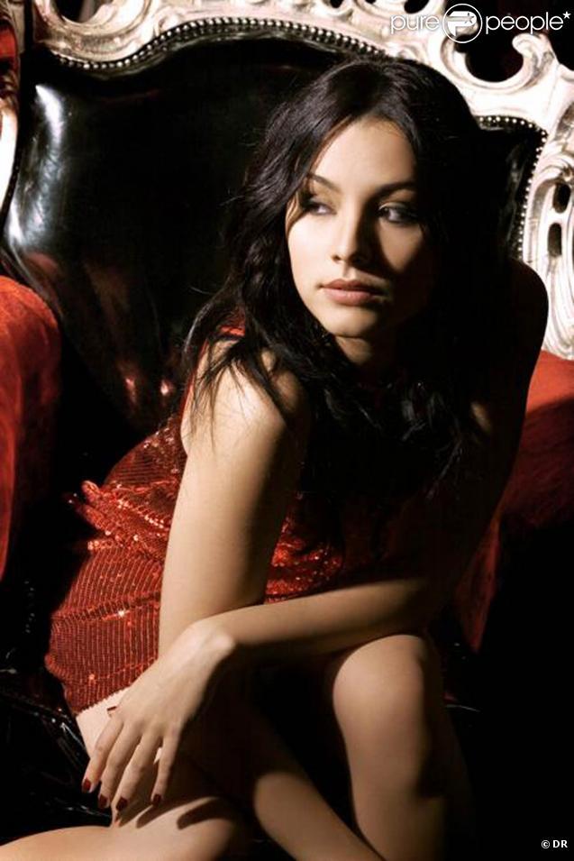 Sarah Riani dévoilera en mai 2010 son premier album, annoncé par le single  Intouchable