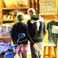 Pink et son mari Carey Hart, chez un marchand de journaux, jettent un oeil à des magazines sur la décoration d'intérieur, samedi 27 février, à Malibu.
