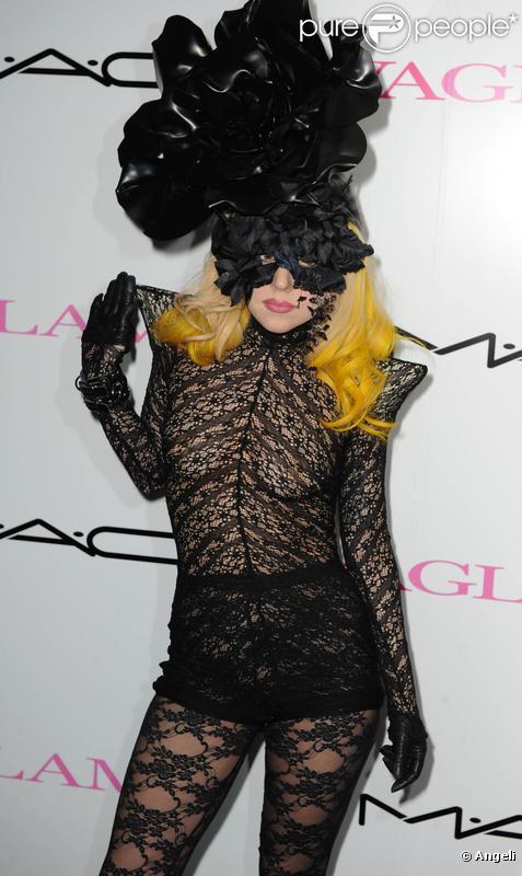 Lady Gaga fait la promotion d'un nouveau produit de maquillage de la marque de cosmétiques MAC VIVA GLAM en édition limitée dont les bénéfices iront à une fondation pour la recherche contre le sida le 1er mars 2010 à Londres