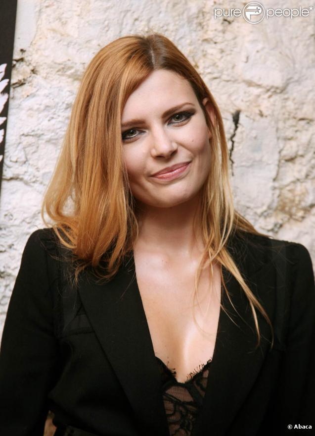 Elodie Frégé dévoile  La fille de l'après-midi , premier single de son troisième album à paraître en avril 2010