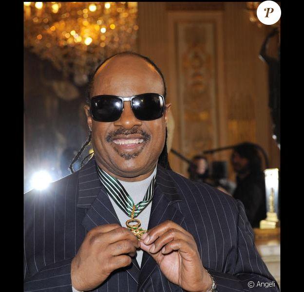 Stevie Wonder reçoit la médaille de Commandeur des Arts et des Lettres des mains de Frédéric Mitterrand au Ministère de la Culture, le samedi 6 mars.