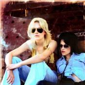 Regardez les sexy Kristen Stewart et Dakota Fanning en pleine rockn'roll attitude !