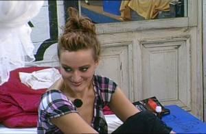La Ferme Célébrités en Afrique : Regardez Kelly tiraillée entre les stratégies de Greg... et de Hermine ! Vendetta très mal luné !