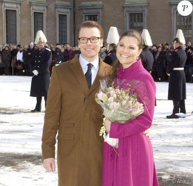 La princesse Victoria de Suède a célébré la fête de son prénom sur le parvis du Palais Royal de Stockholm, sous le regard de son fiancé Daniel Westling et de sa mère la reine Silvia, le 12 mars 2010