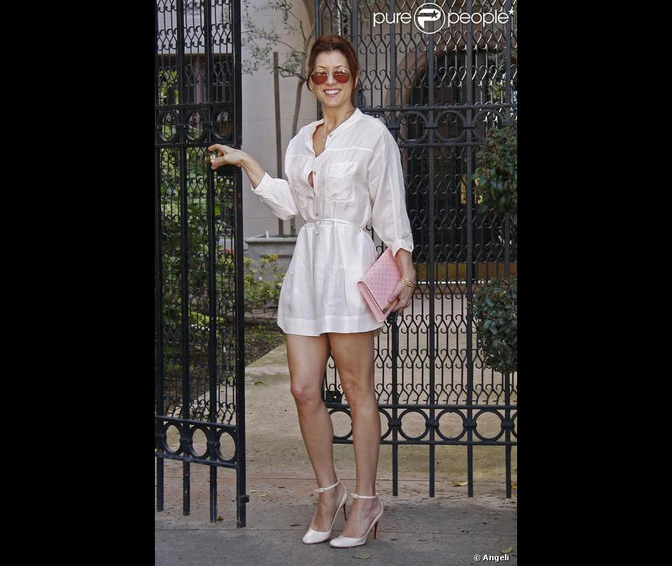 économiser a609e 4faf5 Micro-robe chemise blanche très décolletée, escarpins ...