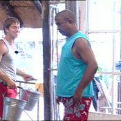 La Ferme Célébrités en Afrique : Regardez Mickaël parodier la nouvelle chanson de David pendant que Kelly... est toujours aussi sotte !
